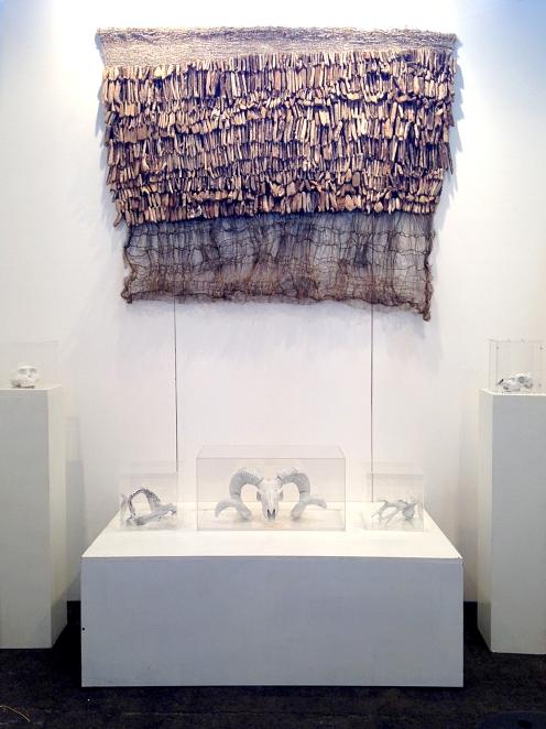 Worlds of Bones présentée par laGalerie Arielle d'Hauterives, avec une tapisserie de Baiba Osite